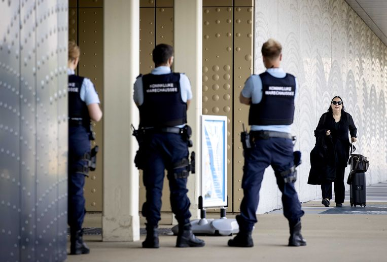 Advocaat Inez Weski arriveert bij de extra beveiligde rechtbank op Schiphol voor een zitting in het grote liquidatieproces Marengo. Beeld ANP