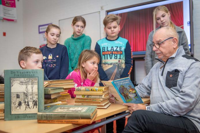 Ingespannen luisteren kinderen van de Stamperiusschool in Wilhelminadorp naar een verhaal over klompen en prinsessen.