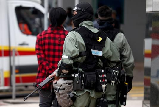 Bewapenden oproerpolitie buiten het terrein van de universiteit.