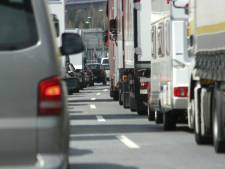 Flinke vertraging op A50 door vrachtwagen met pech