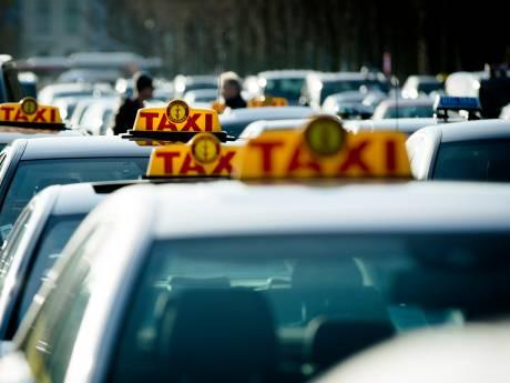 Chauffeurs trappen 'op de rem' met demonstratie: 'Elke pizzabezorger mag tegenwoordig taxi besturen'