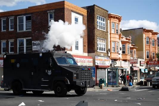 De politie vuurt in Philadelphia traangas af om demonstranten uiteen te drijven.