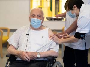 """Tweede vaccinatie en feestje voor bewoners van woonzorgcentrum Sint-Pieter in Puurs-Sint-Amands: """"Taart voor elke afdeling"""""""