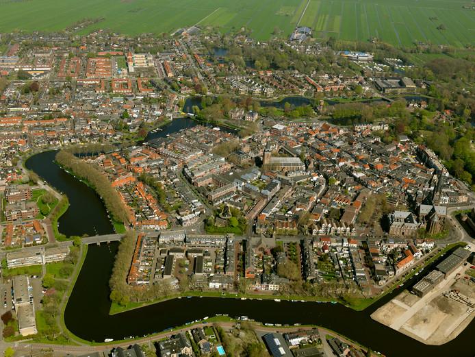 Luchtfoto van Woerden voordat het Defensie-eiland (rechtsonder) werd heringericht met woningen.