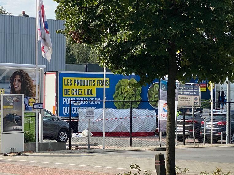De fietsster belandde op de parking van supermarkt Lidl onder de wielen van een vrachtwagen. Het gaat vermoedelijk om een dodehoekongeval.