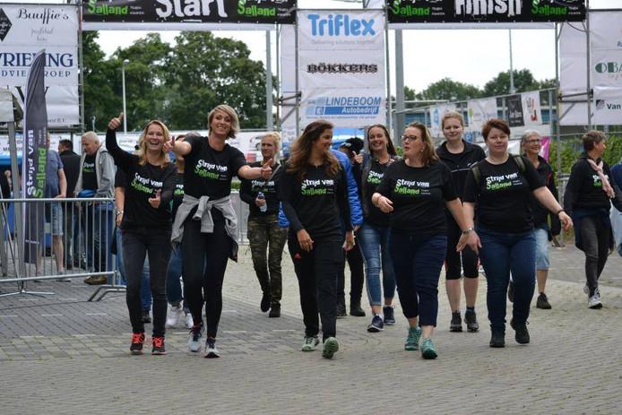 Sandra Schrijver (tweede van rechts voorste rij) wandelt in 2018 met 'Team Sandra' mee in de Strijd van Salland.