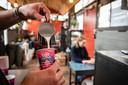 Bij koffietentjes in de stad zijn optredens van jonge schrijftalenten