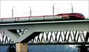 De spoorbrug over het Hollands Diep op archiefbeeld.