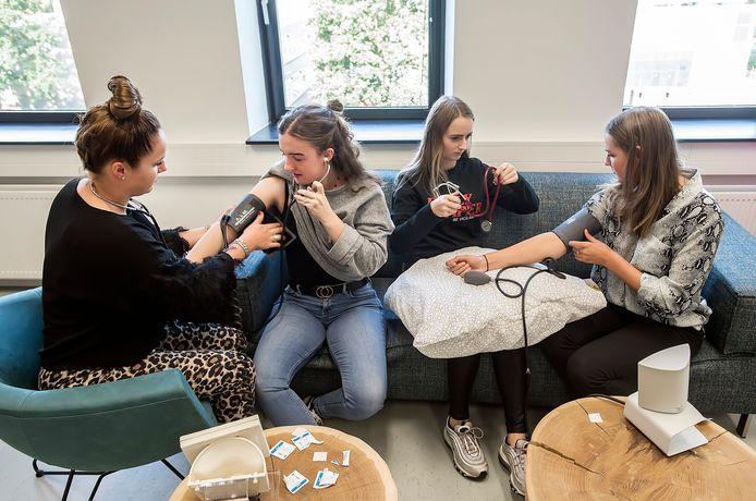 BREDA - Het aantal eerstejaars studenten HBO-verpleegkunde op Avans is de afgelopen twee jaar meer dan verdubbeld.  Op de foto een praktijkles uit 2019, dus nog voor het coronavirus toesloeg, oefenen studenten het meten van de bloeddruk bij patienten.