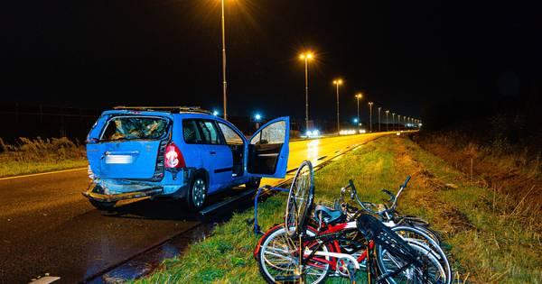 Automobilist verliest dertien fietsen door botsing in Tilburg, een bestuurder naar het ziekenhuis.