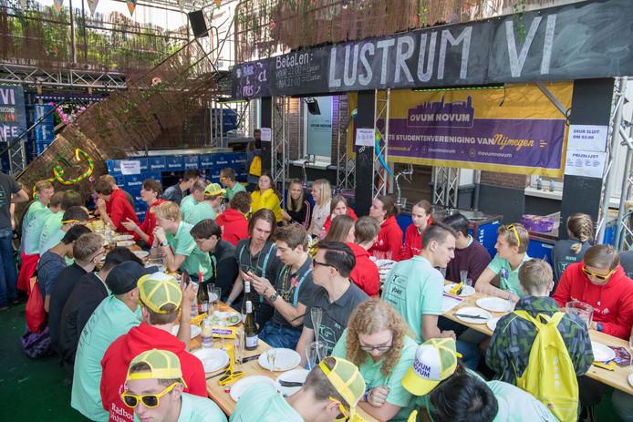 Studenten eten gezellig samen een hapje tijdens Radboud Downtown.