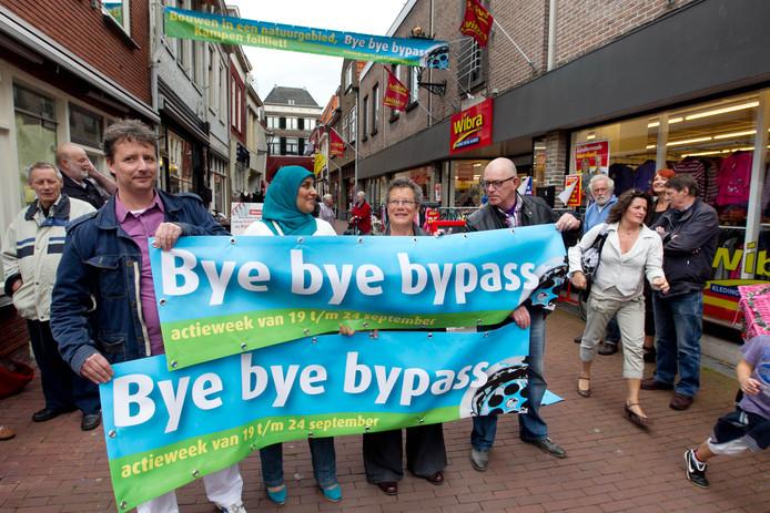 Nieuwe protestgroep tegen bypass 'Bye Bye Bypass' laat voor het eerst fysiek van zich horen met een demonstratie met spandoeken in de Geerstraat.