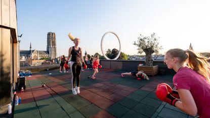 Personal trainers doen aan 'rooftop boxing' op dak Elisabeth Hotel