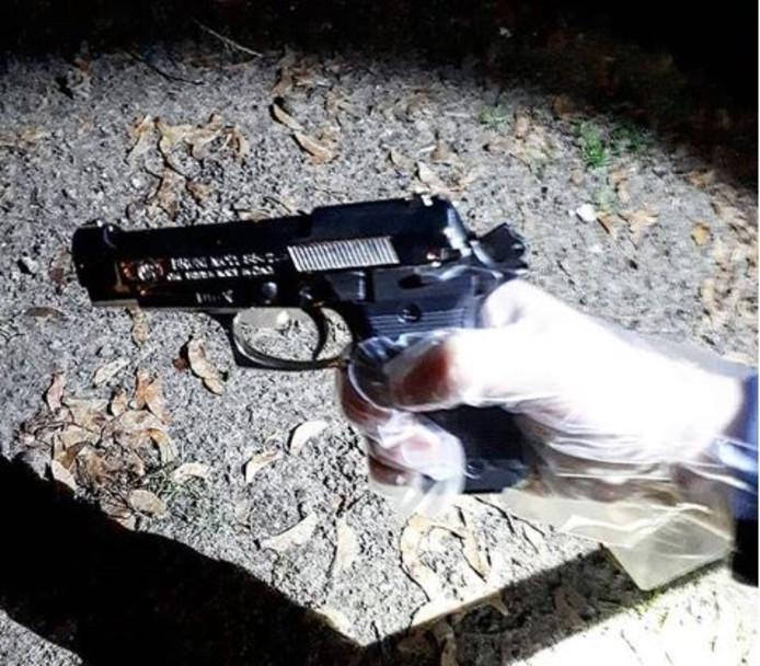 Het wapen dat bij de vrouw werd aangetroffen.