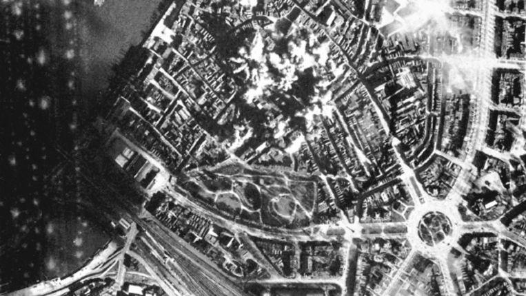 Februari 1944: bominslag in het centrum van Nijmegen. Middenrechts het Keizer Karelplein. (Trouw) Beeld