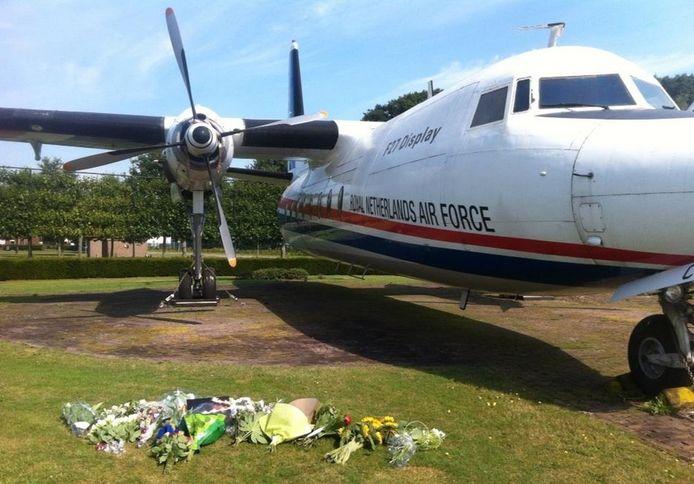 Bloemen bij de entree van Vliegbasis Eindhoven.