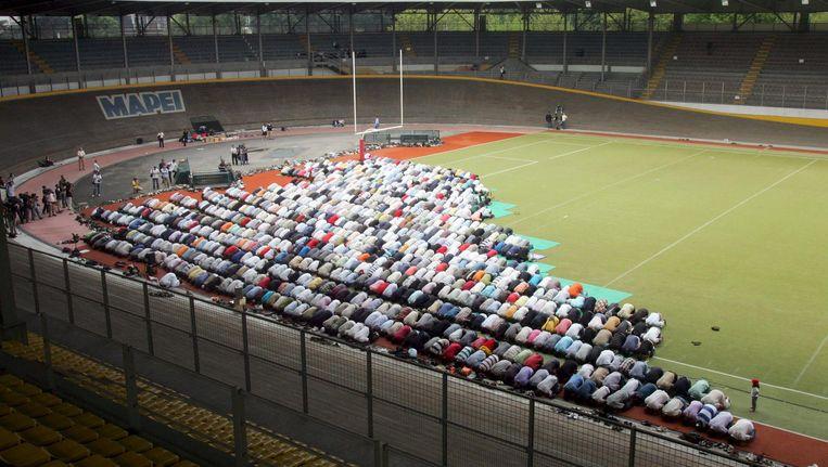 Moslims in Milaan bidden in een stadion, omdat hun moskee gesloten is. Beeld EPA