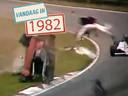 Gilles Villeneuve wordt uit zijn auto geslingerd.