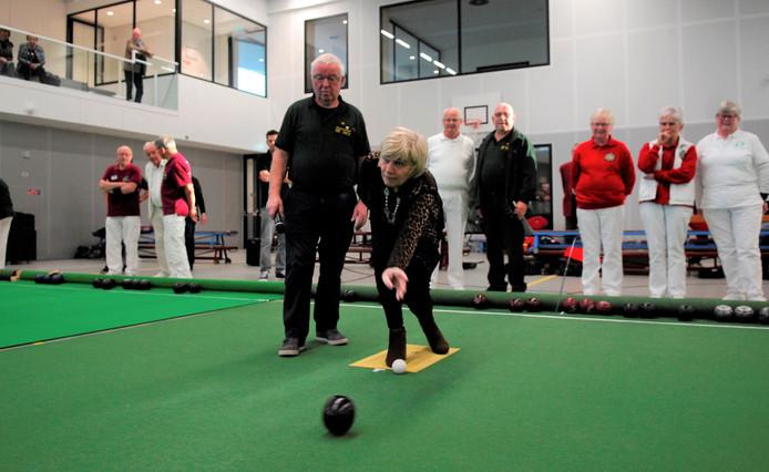 Burgemeester Agnes Schaap gooide de eerste bal tijdens het jubileumtoernooi van De Jack.