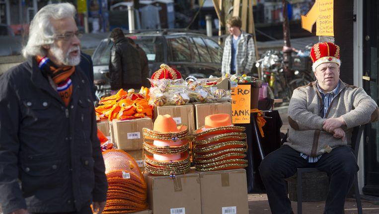 Een hoedenverkoper op de vrijmarkt in de Jordaan Beeld anp