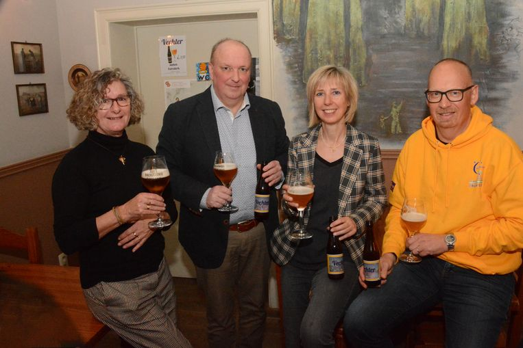 Jan Blommaert met echtgenote Michelle Heyndrickx (links),  Mieke Van Croonenburg van de Stichting tegen Kanker en Kurt Van Moeseke van Levensloop Beveren bij de voorstelling van het nieuwe bier.