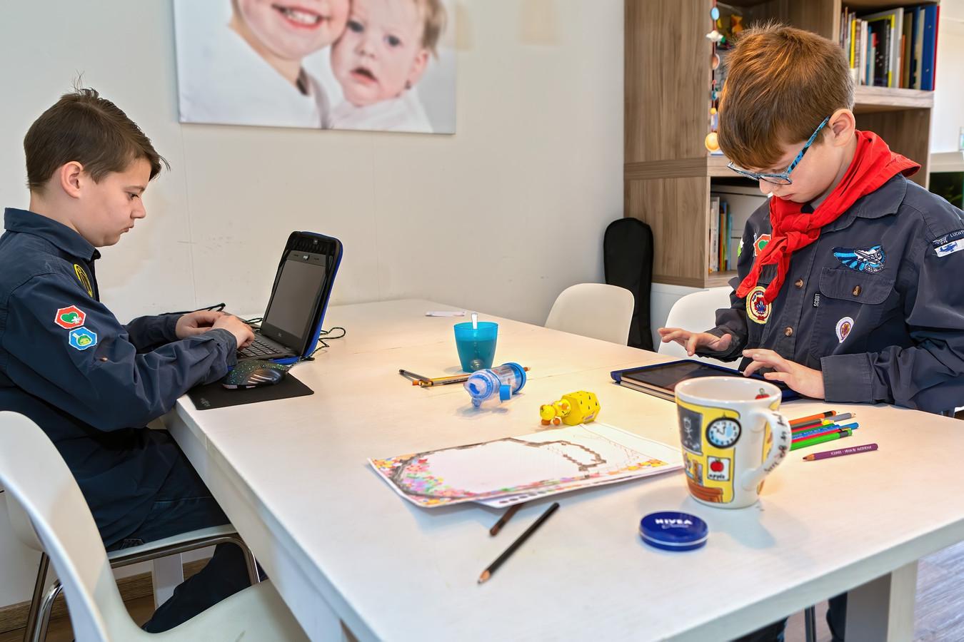De luchtscouts Seppe bieden een online programma aan voor hun scouts. Joek en Siebe zijn thuis bezig met opdrachten. Links in beeld is Joek bezig op te zoeken wat er in 1927 in Wuhan gebeurde, rechts is Jibbe aan het uitzoeken hoe hij zijn naam in het Chinees moet schrijven.