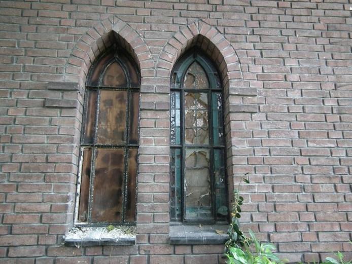 Bijna alle raampjes zijn ingegooid. De verloedering van de kapel in het Oderkerkpark wordt de komende drie weken aangepakt. foto Rob Musters