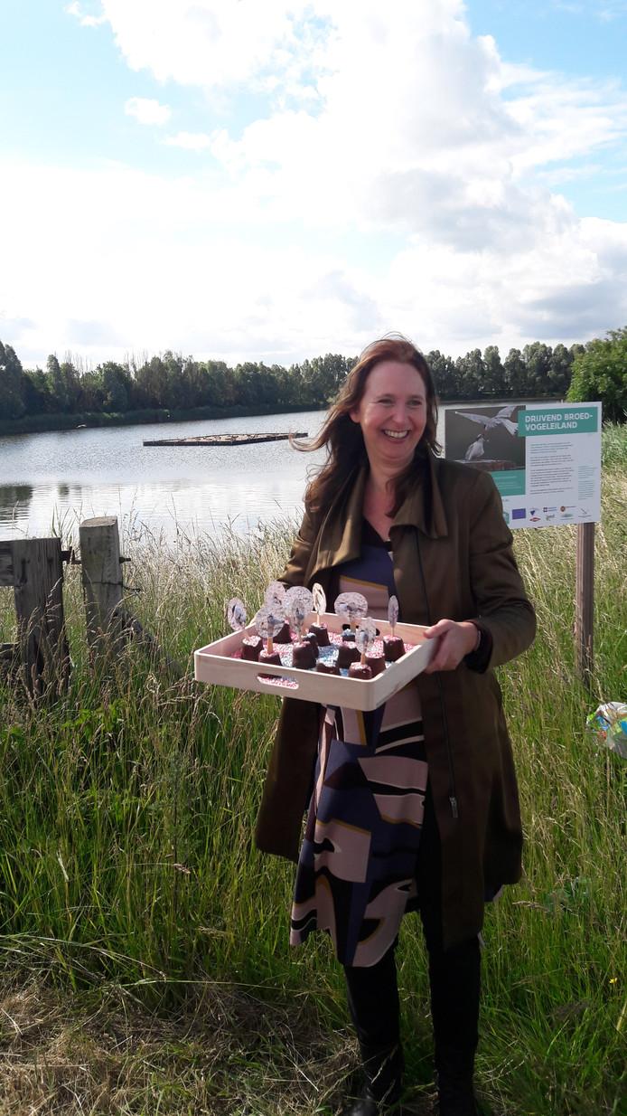 Melissa Ernst van de Zeeuwse Milieufederatie (ZMf) nam speciaal beschuit met muisjes mee.