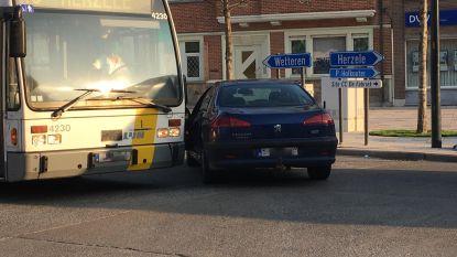 Lijnbus en wagen botsen aan kruispunt