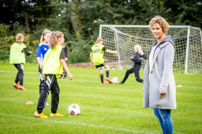 Karlien Timmerman geeft het meisjesvoetbal 'een goed gezicht' aan de plaatselijke voetbalclub.