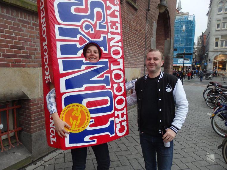 Christine Govaert (Vereniging Amsterdam City) komt oud-collega Pepijn Calis (De Prael) tegen. Calis: 'Goed je weer te zien!' Beeld Schuim