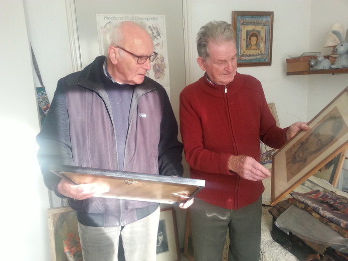 Eduard Hanssen (l) en Harrie Dillen bij het werk van Marinus Dillen
