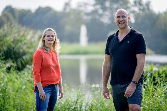 """Raymond Niemeyer en Marielle van den Hoek gaan 12 dagen lang door Nederland wandelen, om geld in te zamelen voor een app. """"De app is een veilige community waarin je met gelijkgestemden over je ideeën kunt praten"""""""