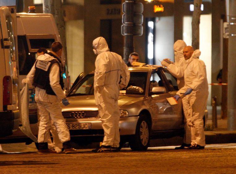 Speurders zoeken naar sporen op de auto die toebehoort aan Karim Cheufri.