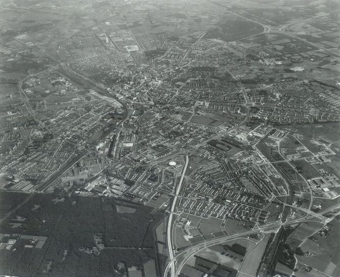 Luchtfoto van Eindhoven uit 1969 met de Ring al goed zichtbaar.