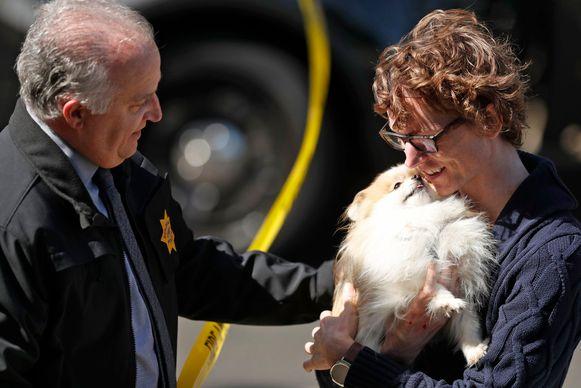 Politiechef Eric Wollman herenigt een YouTube-werknemer die anoniem wil blijven met zijn hondje Kimba nadat die in het gebouw achtergebleven was tijdens de plotse evacuatie.