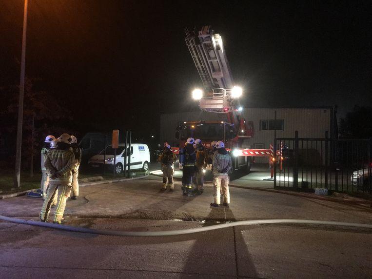 De brandweer kwam massaal ter plaatse. Het vuur was snel onder controle maar er moest lang nageblust worden.