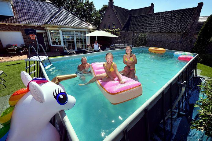 """,,Wij zijn strandmensen"""", zegt Ronny Ossenblok uit Sint Willebrord. Maar hij hoort de fileberichten nu lekker thuis aan. Er stond al jaren een bescheiden badje in de tuin. Dit jaar, met dat virus als hindernis voor uitjes, kwam er een groter bad: 30 kuub water, met een warmtepomp erbij. In bad met Ronny: opa Jan, Gwen en Djesmay."""