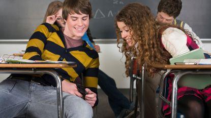 """""""Verbied gsm op school, zoals hij ook achter het stuur verboden werd"""""""