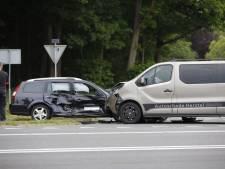 Busje op de N348 tussen Deventer en Raalte ramt auto in de flank
