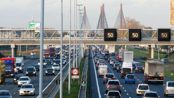 De A2 tussen knooppunt Deil en Zaltbommel staat op plek 7 in de nationale file top-10.