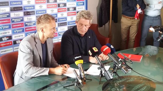 Siem de Jong tekent zijn huurcontract bij PSV