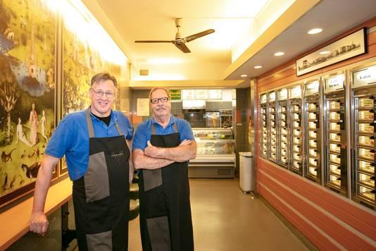Snackbar de Boemerang met eigenaar Ed Trum links en rechts medewerker Rein.