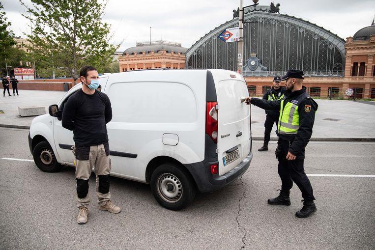 Terwijl het normaal wettelijk verboden is om agenten herkenbaar in beeld te brengen, laten de autoriteiten nu volop fotografen en cameraploegen toe bij de controles. Beeld Cesar Dezfuli