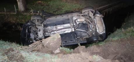 Auto in sloot na glijpartij op gladde weg in Bruchem