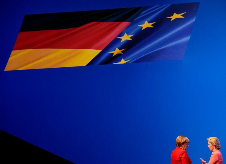 Angela Merkel (l) tijdens een onderonsje met Ursula von der Leyen op een partijcongres in 2016. Beeld AFP