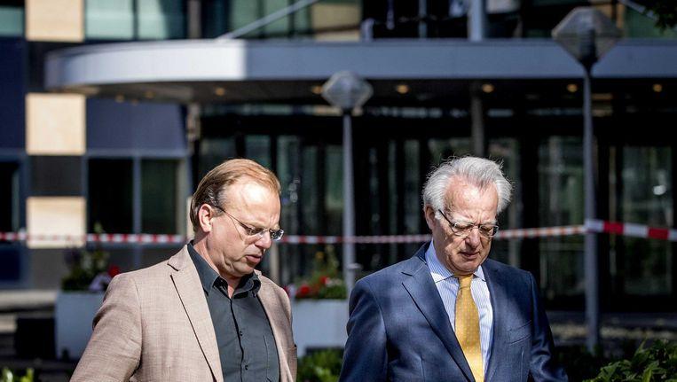 Telegraaf-hoofdredacteur Paul Jansen en waarnemend burgemeester Jozias van Aartsen voor de redactie van de Telegraaf Beeld anp