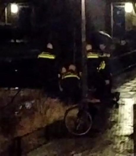 Agenten overmeesteren naakte man die in Arnhem met mes zwaait, schreeuwt en wartaal brabbelt
