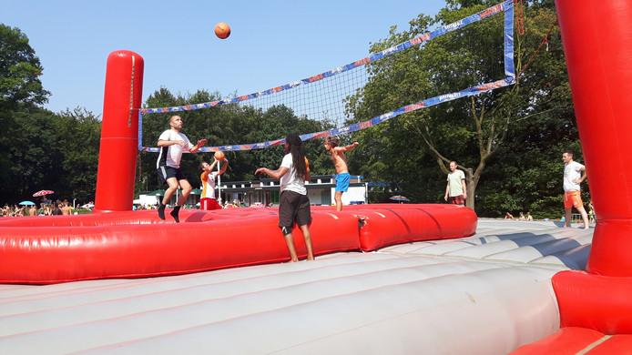 Op de trampoline spring je hoger dan normaal.