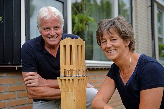 Bernadette en Harry Deterink hebben een timmerman ingehuurd om de stadhuistoren na te bouwen. De toren staat nu in hun tuin.